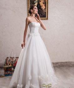 Confeccionado en líneas sencillas se presenta el vestido de novia Annet, un precioso vestido princesa que destaca por su aspecto fino y delicado. Es perfecto para añadir complementos y crear un look original y único.