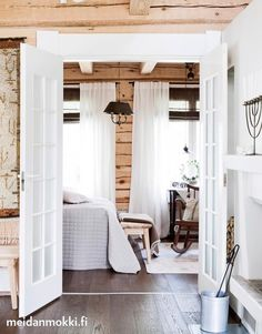 The Lovely Deco: mai 2016 Cottage Design, Farmhouse Design, Scandinavian Cottage, Style Rustique, Cottage Renovation, Hygge Home, Log Cabin Homes, Farmhouse Bedroom Decor, Wooden House