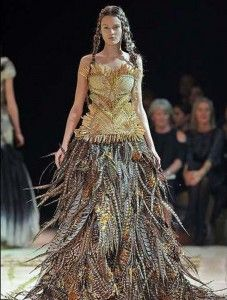 Vestido de novia con falda de plumas