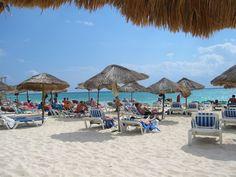 Playa MamitasQuizá playa Mamitas sea una de las mejores playas de Playa del Carmen, ya que posee hermosas arenas blancas y un mar muy tranquilo para un buen descanso, además posee buenos bares y restaurantes y las mejores fiestas con excelente música. Además de la belleza natural del lugar, es un importante centro de la moda internacional y un lugar sumamente concurrido por personalidades famosas.