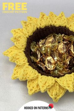 Light up your living room with these bright and useful Sunflower crochet baskets. Click through to view the FREE crochet pattern now! Modern Crochet Patterns, Christmas Crochet Patterns, Crochet Designs, Crochet Sunflower, Crochet Flowers, Double Crochet, Single Crochet, Crochet Home, Free Crochet
