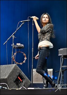 Hope Sandoval ( Mazzy Star , Hope Sandoval & The Warm Inventions ) Hope Sandoval, Mazzy Star, Women In Music, Tambourine, Celebs, Celebrities, Well Dressed, Concert, Lady