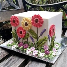 The moment I saw this cake I was captivated by the super razor sharp edges. And then I stared at the flowers. Pretty Cakes, Beautiful Cakes, Amazing Cakes, Bolo Floral, Floral Cake, Buttercream Flowers, Buttercream Cake, Cupcakes, Cupcake Cakes