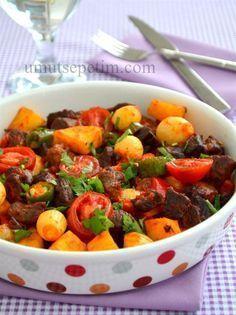 Misafir  geleceği  zaman ana yemek  tercihim  genelde  bu tarz   yemeklerden yana oluyor.  Hem  çok pratik,hem bereketli hem de   herkes  tarafından  beğenilme garantili. :)  Tüm et  yemeklerinde  olduğu gibi, bu tarifte de  kullanılan  et çok önemli.  Ne kadar taze olursa,sonuç o kadar  harika oluyor. Meat Recipes, Salad Recipes, Turkish Recipes, Ethnic Recipes, Middle Eastern Recipes, Desert Recipes, Food Inspiration, Food Porn, Food And Drink