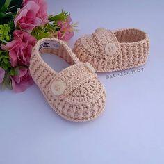 "Ateliê Jucy👸🤴 en Instagram: ""Uma verdadeira graça né?! Modelinho feito a pedido da nossa cliente Polyana. . . . . . 📲 Encomendas pelo direct 📩 ou whatsapp (77)…"" Crochet Baby Socks, Knit Baby Booties, Crochet Baby Clothes, Crochet Shoes, Baby Boots, Baby Girl Shoes, Free Crochet, Crochet Square Patterns, Baby Knitting Patterns"