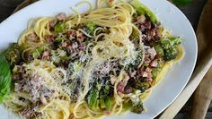 Pekoni-parsakaalispagetti.