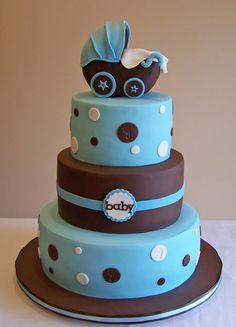 pastel de vaios pisos en color azul y café con una carriola en la cima