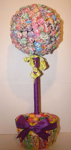 Making this for my daughter school raffle creative baskets! Holiday Crafts, Holiday Fun, Candy Topiary, Lollipop Tree, Minion Theme, Christmas Presents For Kids, Birthday Centerpieces, Candy Bouquet, Diana