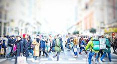 Trampantojos callejeros.. Gran Via que parece el salón de casa #madrid #places #lugares#people #gente #urbanscenes #escenasurbanas #winter #invierno #canonEOS5DMarkIV #color #colorgrafias #snapseed