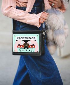 Uma bolsa irreverente pode mudar seu visual. Essa com estampa de flamingos deu uma pitada divertida ao look com calça pantalona e camisa de botão rosinha.