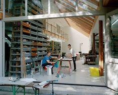 Un laboratorio ricco di materiali  e attrezzature, per una sperimentazione concreta e realistica dei progetti. L'industrial designer Stefan Diez vive e lavora con la moglie Saskia, nota creatrice di g