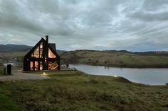 Příroda všude okolo, louky kam oko dohlédne a klid. A co víc? Terasa přímo na břehu jezera. Kdo by si takové bydlení nepřál? Bydlení, které si dnes ukážeme je opravdu unikátní. Moderní dům, který zaujme nejen svou architekturou, ale především interiérem. Nahlédněme do něj společně.