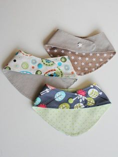 Schnittmuster & Anleitung für ein Baby-Wendehalstuch – HANDMADE Kultur Sewing pattern & instructions for a baby reversible neckerchief It is super fast for beginners to sew. Whether jersey, woven fabric, Velcro or KAM snaps – it is… read Sewing For Kids, Baby Sewing, Diy For Kids, Baby Scarf, Baby Wraps, Baby Bibs, Sewing Clothes, Little Babies, Kam Snaps
