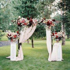 Que tal essa sugestão para fazer uma decoração ao ar livre? Flores e cortinas compõem super bem o altar!  #noiva #bride #ceub #casaréumbarato #wedding #instawedding #casamento #buquê #flores #flower #buquêdenoiva #inspiração #instawedding #noivas #noiva #noiva2016 #noiva2017 #ido #instabride #picoftheday #dreamwedding #bff #engaged #bridetobe #fashion #fashionista #weddingideias