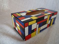"""Boîte à mouchoirs style """" Mondrian """" . Peinture acrylique ."""
