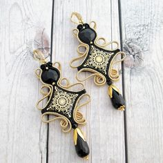 Black Gold soutache earrings of the soutache Jewelry collection. Rhombus earrings to Wear in Your special occasions. Fashionable earrings with handmade cabochon And Black Crystals. My Jewels are made in italy with love And passion these are ooak earrings Soutache Bracelet, Soutache Jewelry, Minimalist Earrings, Minimalist Jewelry, Shibori, Crystal Earrings, Stud Earrings, Anniversary Gifts For Wife, Black Gold Jewelry
