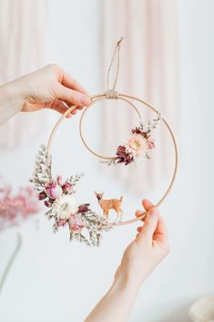Embroidery Hoop Decor, Embroidery Designs, Baby Embroidery, Diy Wanddekorationen, Diy Crafts, Stick Crafts, Yarn Crafts, Wood Crafts, Paper Crafts