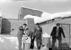 Vecinos quitando nieve del terrado del inmueble de la calle Llacuna, 49 en la nevada de 1962.Al no estar preparados para tanta nieve, los edificios podrían colapsar por el peso de la nieve y los vecínos tenían que quitarla.Esto ocasionaba que la nieve retirada creara grandes montículos de la misma en las calles, además de la que había caído, que yaera de una altura considerable.Esto se agravaba en las calles estrechas, donde a veces no podías ver de una acera a otra con tanta nieve.