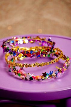 DIY Confetti Crown for Party Guests - Kids Birthday Ideas Confetti Bars, Diy Confetti, Glitter Confetti, Gold Glitter, Magie Party, Diy For Kids, Crafts For Kids, Kind Und Kegel, Crown Crafts