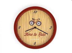"""Pokud jste vášnivým cyklistou a nejenže na kole trávíte volný čas, ale jezdíte na něm i do práce, ale i pokud jen máte rádi stylové doplňky do bytu či kanceláře, pak tyto nástěnné hodiny jsou přesně pro Vás. Najdete na nich anglický nápis """"Time to ride"""" a obrázek jízdního kola, jehož kola se každou vteřinu opravdu zatočí, a to vše na pozadí s motivem dřeva. Pověste si je do kanceláře a čas v práci Vám bude utíkat jako o závod"""