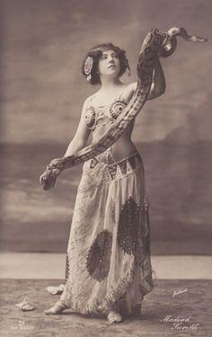 Snake Charmer for free expression? Snake of hair? Vintage Photographs, Vintage Images, Old Circus, Mata Hari, Oldschool, Belly Dancers, Madame, Vintage Beauty, Portrait