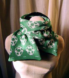 Écharpe tricoté motif oeuf de Yoshi vert mario bros par Emillye