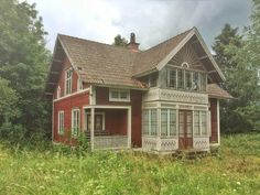 Old Swedish house decaying Swedish Cottage, Red Cottage, Cottage Homes, Red Houses, Old Farm Houses, This Old House, House In The Woods, Sweden House, House Siding