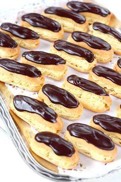 Éclair on ranskasta kotoisin oleva suklaakuorrutteinen tuulihattu, jossa on täytteenä pehmeää vaniljakiisseliä. Niiden tekeminen on ollu...