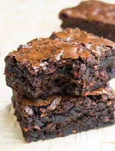 This easy carrot brownies recipe starts off with a box mix and requires simple ingredients. It's super fudgy and moist and packed with chocolate and shredded carrots. Brownie Desserts, Köstliche Desserts, Desserts To Make, Brownie Recipes, Delicious Desserts, Dessert Recipes, Dessert Bars, Easter Desserts, Beef Recipes
