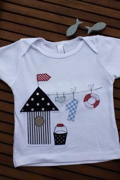 """Hübsches und originelles T-Shirt aus meiner neuen Serie """"Meeresbrise"""". Das Shirt aus reiner Baumwolle ist mit einem kleinen Badehäuschen, Eimer, Badehose, Zahl und Rettungsring an der Wäscheleine..."""