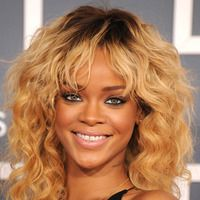Blonde curls - Rihanna hairstyles from ghd Celebrity Wigs, Celebrity Beauty, Rihanna Hairstyles, Celebrity Hairstyles, My Hairstyle, Curled Hairstyles, Beautiful Hairstyles, Ombre Hair, Balayage Hair