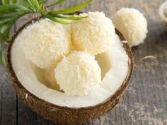 Heute erfahren Sie auf EAT SMARTER, wie Sie die gesunden Zitronen-Kokos-Bällchen zubereiten.