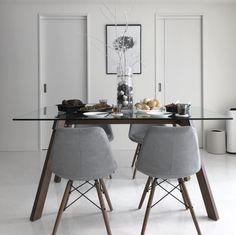 いいね!109件、コメント25件 ― Unaさん(@u___home)のInstagramアカウント: 「. . 🎄Christmas party🎄 . 新居での初めてのクリスマス⋆֯ . 先日お友達が来てくれてパーティーをしました🍾 でもクリスマスアイテムがあまりないので…」 Office Desk, Dining Table, Furniture, Instagram, Home Decor, Desk Office, Decoration Home, Desk, Room Decor