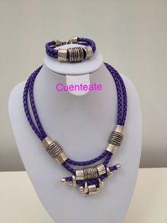 Conjunto de collar y pulsera en cuero trenzado y piezas de zamak con baño de plata.