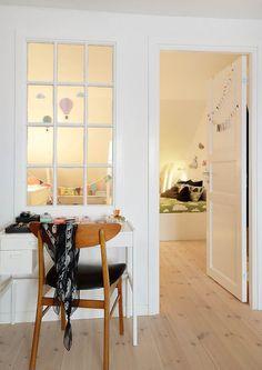 verrière intérieur en bois peint blanc entre la chambre bébé et le coin coiffeuse