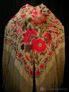 crema con rosas rojas.. Silk Shawl, Cape Coat, Vintage Coat, Vintage Lingerie, Shawls And Wraps, Simple Dresses, Gowns, Unique, Scarves