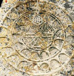 Sămânța Vieții pe zidul care împrejmuia vechea asezare Tracică (secolul 3 ÎHr) Demir Baba Teke - Sveshtari Bulgaria http://folconcept.ro/magazin/pandantiv-samanta-vietii-din-argint-925/