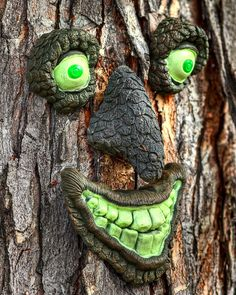 Tree Faces & Talking Trees - for Halloween props or year round fun! Halloween Tree Decorations, Halloween Trees, Spooky Trees, Halloween Fairy, Halloween Prop, Halloween Witches, Halloween 2017, Happy Halloween, Tree People