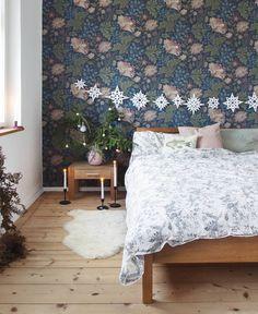 Dark Blue Background, Bedroom Wallpaper, Inspirational Wallpapers, Velvet Cushions, Flower Wallpaper, Summer Colors, Blue Backgrounds, Wall Murals, Ava