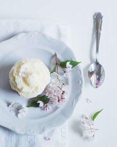 Yummy carrot cake cupcakes... enjoy your weekend sweethearts. The recipe is on my blog too  . #prairiecharm #petalsandprops #ptk_flowers #tv_foodlovers #eatprettythings #eatpretty #foreverfaffing #mymonthofsundays #myeverydaymagic #nestandthrive #nestandflourish #sweetart #alltheprettyflorals #allthingsbotanical #allwhatsbeautiful #alliseeispretty #global_ladies #rsa_ladies #thatvelvetfeeling #thehub_flatlay #mykatiealice #mycountryhome #peciemeslaskou #ironstonewednesdays #ironstonecrushin…