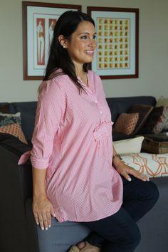 Para las futuras mamás que prefieren vestir a la moda pero sin perder la comodidad. Esta blusa fue especialmente diseñada para ellas.  Con cierre frontal de botones, esta blusa te acompañará durante tu embarazo y toda la etapa de lactancia. Tiene mangas 3/4 con detalle de tiritas que se amarran. Está adornada delante y atrás de un rouche que le da un toque elegante. Tunic Tops, Women, Fashion, Breast Feeding, Pregnancy, Red Stripes, Sleeveless Tops, Buttons, Moda