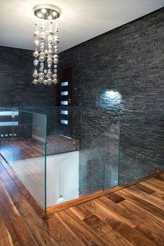NOWOCZESNE SCHODY DYWANOWE Z SZKLANĄ BALUSTRADĄ: styl , w kategorii Korytarz, hol i schody zaprojektowany przez BRODA schody-dywanowe