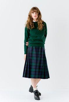 英国の学生さんの制服のような、こちらのコーデ。スカートの色と統一したケーブル編みニットが、優等生風ですね。足元はちょっぴりゴツめな靴で、はずしましょう。