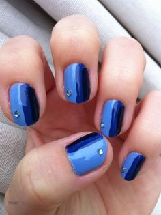 Blue lines nail-art