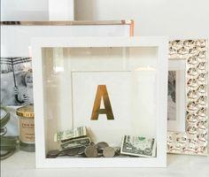 un cadre blanc avec une fenêtre en verre, tirelire originale moinnaies et billets de banque, déco chambre vintage