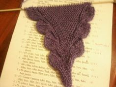 chal tejidos a dos agujas | saroyan... chal - Página 3 Crochet Bookmark Pattern, Crochet Bookmarks, Knitting Stitches, Baby Knitting, Knitting Patterns, Made A Mano, Knit Crochet, Crochet Hats, Crochet Leaves