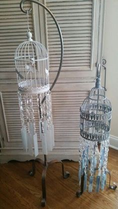 Handmade wind chimes with bird cage - Handmade wind chimes with bird cage Informations About Campanas de viento hechas a mano con jaula de - Crystal Wind Chimes, Diy Wind Chimes, Glass Wind Chimes, Homemade Wind Chimes, Bird Crafts, Frame Crafts, Garden Crafts, Mobiles, Concrete Bird Bath