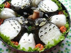 Hungry? This is one cat you'd definitely want to eat: Totoro Onigiri! This Studio Ghibli bento is seriously adorable. What other anime bentos would you like to see?