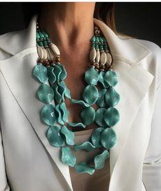 🌷🌷🌷🌷🌷 #colaresfemininos #maxicolares #tendencia #pulseirismo #bijuterias #colarresina#pulseiraresina#aneis #burberry #burberryinspired… Bead Jewellery, Boho Jewelry, Beaded Jewelry, Jewelery, Vintage Jewelry, Jewelry Necklaces, Handmade Jewelry, Fashion Accessories, Fashion Jewelry