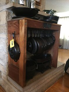Cast Iron Cookware Display – metal of life Rustic Kitchen, Country Kitchen, Diy Kitchen, Kitchen Decor, Kitchen Design, Kitchen Ideas, Kitchen Organization, Kitchen Storage, Organizing